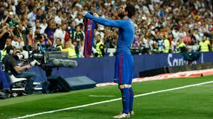 Lionel Messi tirou a camisa e exibiu o número 10 aos torcedores no Santiago  Bernabéu ao destroçar o Real Madrid em 2017. Nenhum jogador do time rival 02f0a96ab3872
